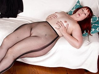 Milfs Bbw xxx: USA milf Scarlett shows us her nyloned wide hips and more