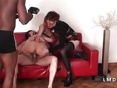 Ermafrodita in una gangbang in La casa del sesso