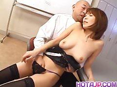 Jun Kusanagi Une MILF asiatique se fait lécher la chatte et se doigter l'anus