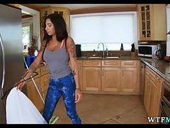 Pokojówka w spodniach do jogi