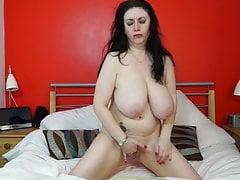 Reife Mutter mit riesigen natürlichen Titten