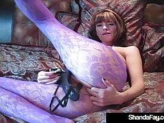 Kanadyjska Cougar Shanda Fay Fucks Her Pussy With Her Heels!