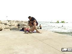 La bellezza dei capelli scuri Aysha concorda un massaggio gratuito in spiaggia