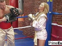 Erstaunliche vollbusige Blondine fickt ihren geilen Boxtrainer