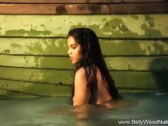 Dirty Indian Babe wird sauber im Fluss