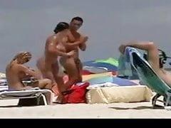 dwie cycate dziewczyny - brunetka i blondynka - nago na plaży