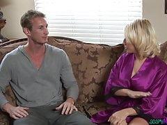 Busty Massage Babe, die ihren Kunden erfreut