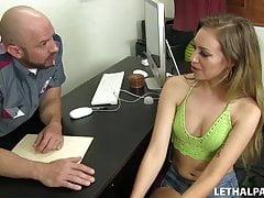 Sexy Teen scopa un agente di casting!