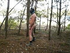 völlig nackt draußen in der Nähe einer niederländischen Autobahn zensiert