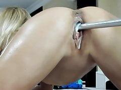 Blondes Teen fickt ihre nasse Muschi mit einer Maschine