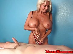 Massaggiatrice matura Sally DAngelo che si masturba selvaggiamente