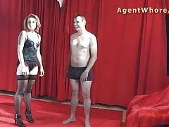 Młody człowiek dostaje BJ i ręczna robota od kurwa redhead agent