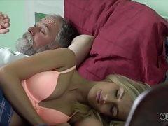 Przystojny staruszek był zadowolony z zadowolenia swojej długonogiej żony