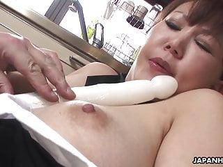 胖胖的日本熟女呻吟,而她的毛茸茸的猫被玩弄