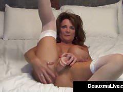Busty Milf Deauxma używa 4-calowego anal plug & dildo, aby tryskać!
