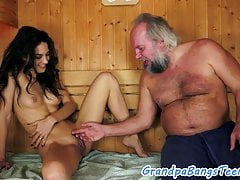 Pussyfucked Euro-Schönheit von Opa geschraubt