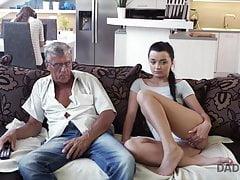 Vieux et jeunes amants ont des rapports sexuels spontanés