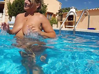 Milfs Blondes Swingers video: Nacked in the Pool