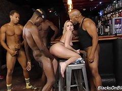 Bar girl Kate England offre tutti e tre i buchi alla banda nera