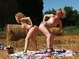 2 lesbiennes amatrices dans le champs : fist et strapon