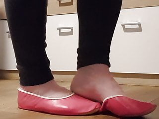Hd Videos Solo Shemale video: Walk in my pretty pink leather gymnastic slipper