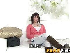 Lena pokazuje swój wielki łup i bierze kutasa w cipkę