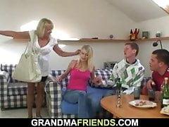 Die blonde alte Dame nimmt gleich zwei große Schwänze