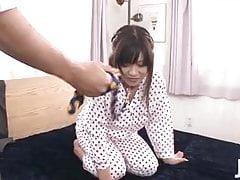 La sottomessa Aika Hoshino è al guinzaglio per lei