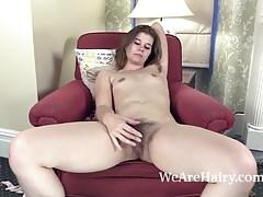 Roxette si spoglia nuda sulla sua poltrona rossa