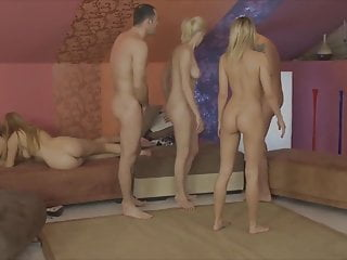 Group Sex Blondes porno: Swingers play a strip game