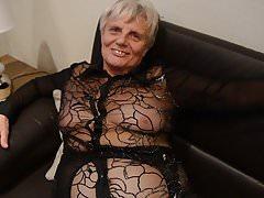 Alte Oma in Nylons