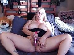 Sexy Mama Joclyn mit behaarter Vagina und viel Rollenspiel