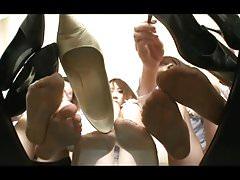 Japanische Frauen zeigen stinkende Füße und gut getragene Fersen