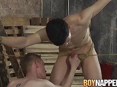 Culo schiavo omosessuale scopato selvaggiamente mentre era legato