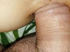 Wibruje jej cipkę podczas seksu analnego