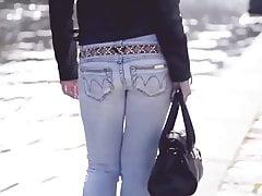 sexy babe w pokazie tyłek w dżinsach i footarch w obcasach