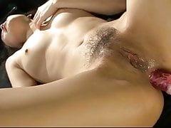 Due tipi eccitati godono la bella figa sexy di Yui Komines