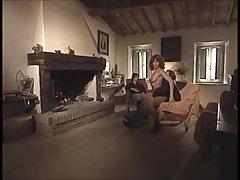 Deux filles et un gars avec la cheminée