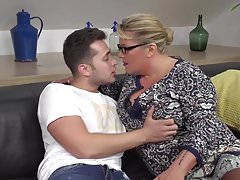 Madre disperata seduce e scopa figlio fortunato