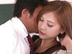La maravillosa colegiala Yura Kasumi tiene un tiempo dulce con ella.