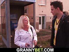 Blondynka stara babcia jeździ młodym kutasem