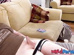 Anglická kočička pracující na špinavých kočárkách se svými obratnými ústy