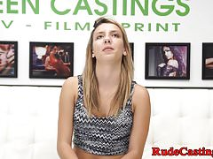 Deepthroating teen scopata durante il casting brutale