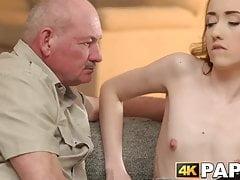 Schöner Teenager wird von einem älteren Mann und seinem kräftigen Schwanz zerstört