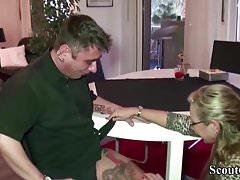 La MILF tedesca seduce il giovane operaio a scopare quando è solo a casa