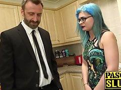 Goth vixen Caitlin Minx bondage geneukt voor het eten van jizz