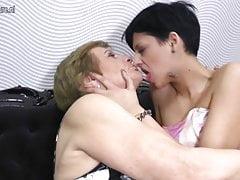 Oma wird von jungen lesbischen Nachbarinnen gefickt