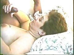 Slut Ann nasává a polkne velký černý kohout