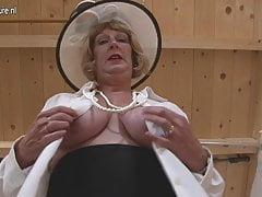 Nonna britannica che gioca con le sue tette e la figa