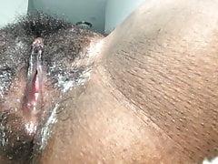 Schwarzes Küken fingert ihre cremige Muschi
